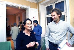 UPPÅT FÖR PARTIET. Miljöpartiets lokala språkrör, Inger Schörling och Roger Persson, gläds åt partiets framgångar i de senaste opinionsmätningarna. I går invigde miljöpartiet i Gävle sin nya lokal på Nygatan med öppet hus.