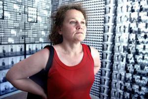 Åsa Bergdahl har inrett 40-talslägenheten med kontaktkopior av bilder, tagna av en fotograf på orten.