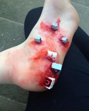 Den smärtsamma känslan av legobitar i fötterna från Tindras Instagramkonto sfx.stuff.