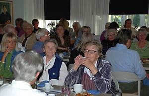 Trångt och trevligt vid borden i S:t Persgården i Leksand när syföreningsdamerna från Nedansiljans kontrakt träfades i går. Foto:Annki Hällberg