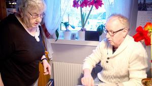 Iris Fredin i Avesta har haft god hjälp av sonen Anders att få stopp på bluffande telefonförsäljning som Avestas konsumentvägledare varnar för.