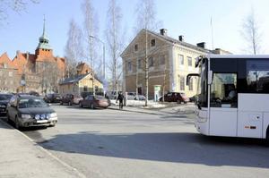 Parkeringsplatserna vid Kyrkgatan, vid turistbyrån, bör plockas bort.