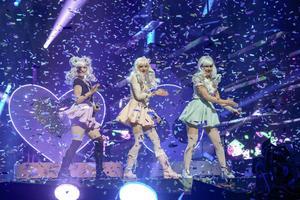 De tre 18-åriga tjejerna i Dolly Style kallar sig Holly, Molly och Polly. De går in för sin Japaninspirerade stil till hundra procent. Låten