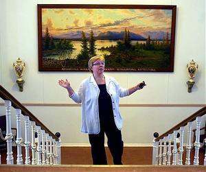 Katarina Krutar guidar genom konsten på Österåsen.