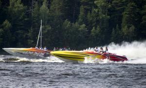 Kappkörning efter start vid Roxnäs med en påpassligt målad pokerbåt i täten före en jagande eldfärgad värstingbåt.