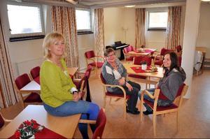 Ragunda kommuns verksamhetschef för hälso- och sjukvård Elisabet Karlander-Blom och undersköterskorna Iréne Löfgren och Rosita Moe i den Träffpunkt i Hammarstrand som invigs i dag.Foto: Ingvar Ericsson