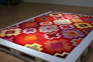 Re Orient. Virkad matta med mönster inspirerad av orientaliska mattor och virkade mormorsrutor.