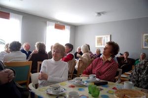 Fikarummet var fullt av intresserade PRO-medlemmar, boende och personal.