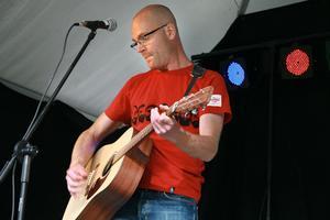 Tobias Westling började sin avdelning med att sjunga om Långnäs, om sina minnen därifrån.