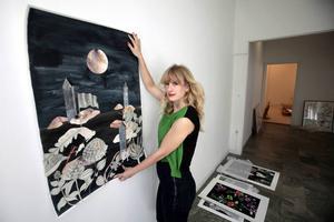 "Konstnären Emma Löfström visar upp verket ""A curious search""."