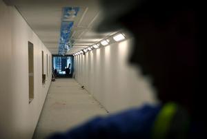 Det är otaliga korridorer i den nya anstalten i Härnösand som bland annat särskiljer var besökare kan gå och dömda kan gå.