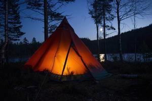 Det stora tältet rymmer fem personer och är lika mycket en samlingsplats som ett ställe att sova.