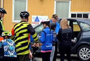 Peter Modén fick hasta till starten i förtid för att släppa i väg cyklister som hittat starttider via kommunens hemsida.