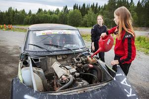 Sofia Grenholm från Frösön och Linnea Andersson från Sikås håller koll på att det finns vatten i kylaren.   – Jag är här för att träna teknik och lära mig köra bättre, säger Sofia.
