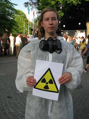 Tove Stibe protesterade i skyddsdräkt och gasmask.