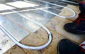 I huset är alla golv upprivna för att rör och ledningar till golvvärmen ska kunna dras.