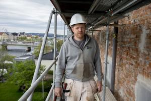Redan romarna byggde med kalkbruk i sina akvedukter, påminner murarmästare Patrik Eriksson som rustar residenset i Härnösand.