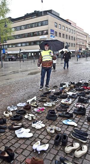 Skor utan ägare fick symbolisera alla dödsoffer som rattonykterheten tagit. Billy Nilsson från KRIS, Kriminellas revansch i samhället, manifesterade mot rattfylleri vid Rådhustorget i Gävle i går.