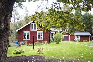 Maria och Jonas Ericssons torp har tidigare varit en fäbodstuga. Den har hört till en större gård i grannbyn Norrberg och det var hit som man tog sina kor och kalvar på sommarbete.