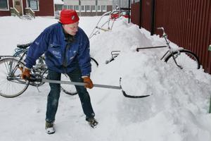 Hans-Erik Hermansson är med och skottar snö vid Arenan i Edsbyn. Han minns snörika vintrar 1966 och 1967 då det var 1,3 meter snö i skogen.