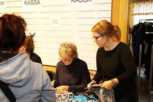 Full fart för mor och dotter Ann-Sofie Kumpula och Carolina Fredin i loppiskassan.