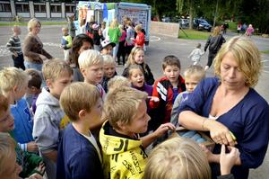 Hidinge skola F-6. Alla barn bjuds på glass första skoldagen. Här delar Ulrika Lagnesjö ut små strutar till sin fjärdeklass.