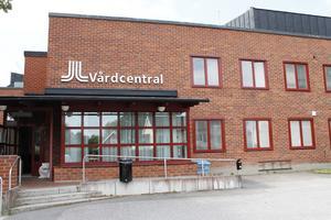 Vi i Vänsterpartiet tycker att beslutet att gå vidare med försäljningen av vårdcentralen i Hallstavik är förhastat, skriver Catarina Wahlgren och Håkan Jörnehed.
