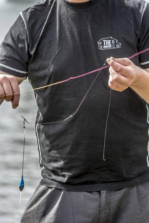 Mete med haspelspö och flöte fastsatt i en galge. På den sätter du fast flötet. Då går det lätt att byta flötesstorlek och ändra fiskedjupet.
