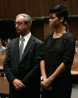 Rihanna och hennes advokat Donald Etra i rätten på måndagen.