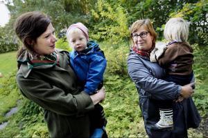 Linda Petersson och Hanna Brande hoppas få ha kvar sina höns i bostadsområdet i Östersund.
