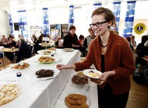 Linn Glad som jobbar som energi och klimatrådgivare på Ånge kommun smakade på kakbuffén som var en uppskattad nyhet på årets Tjejdag i Ånge.