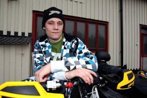 John Stenberg, svensk mästare i skotercross, har fått en chans som är få förunnat. Han ska nämligen över till USA för att köra några tävlingar i den stora proffscirkusen. Foto: Håkan Degselius