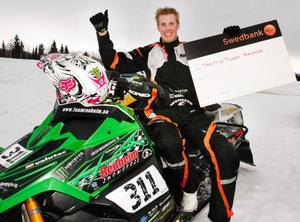 19-årige Adam Renheim, Lima, trivs utmärkt på stadioncrossen i Funäsdalen som han nu vann för andra året i rad efter imponerande körning. Segern gav en prischeck på  30 000 kronor.