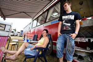 För musikens skull. Carina Moén Grinde och sonen Daniel är på festivalen för musiken, inget annat menar de.