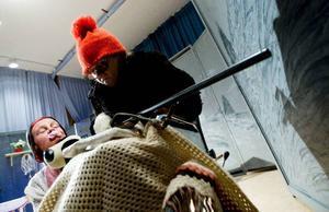 """MajLis Eriksson och Els-Marie Söderström repeterar en sketch där en senil farmor och barnbarn har följt med på älgjakt. """"Det blir en annorlunda älgjakt"""", säger Kjell Eriksson.  Foto: Håkan Luthman"""