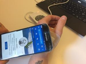 Andera Aldén har ett chip i handen. Med det kan han koppla upp sig mot sin mobil och programmera in till exempel tågbiljetter.