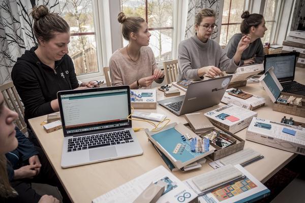 Lina Flitig, Louise Zackrisson, Anna Tonelli och Victoria Wagman tar sig an Arduino-kontroll korten, en av flera workshopar på lägret i Bruksvallarna.