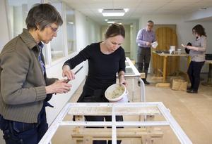 Spröjs. Ingrid Lindholm har ett fönster från ett hönshus. Kursledaren Åsa Lindberg hjälper till med linoljekittet.