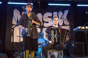 Systrarna Alice och Molly Andersson i Northern Imbecills (från Delsbo) kallade själva sin musik för valrossjazz.