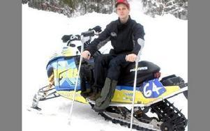 PROVSITTER. Ulf Lif provsitter skotern som han kraschade med.FOTO: ROLF JOHANSSON