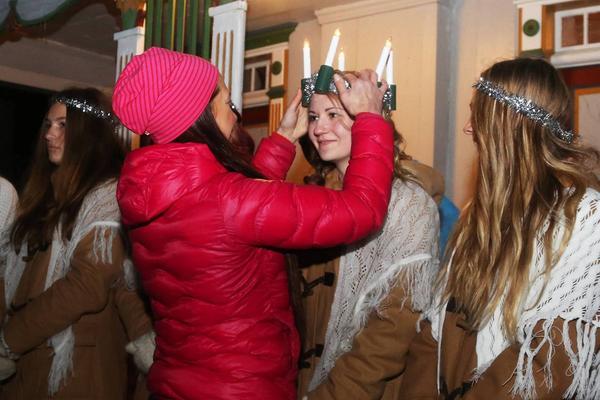Under julkvällen på hembygdsgården i Hede lottas också traditionsenligt vem som blir Hedes egen lucia. Moa Larsson var den lyckliga vinnaren som här får sin krona av Thérese Hampus Halvarsson från Hede kvinnogille.