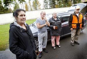 Susanne Eriksen, Lars Wahlström, Inga-Lill Lindqvist Graaw och Ola Lundh bekymras av lodjursungens situation.