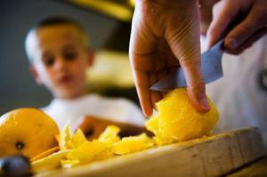 Familjer som lägger vikt vid fasta mattider då familjen samlas äter ofta hälsosamt också. Men man ska inte ha för stränga regler.