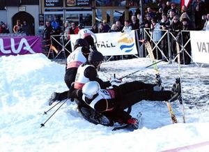 """Inga skador men en del vådliga vurpor blev det. Här hamnar Lars-Börje """"Bulan"""" Eriksson (18), Richard Richardsson (14) och Niclas Henning (15) i en hög."""