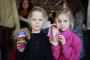 Femåriga Agnes och Elin skulle också lämna in sina Minimello-figurer Ylva och Elsa.