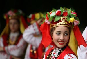Exotisk folklore. Det beöhver inte vara svensk folklore, utan färgerna lånas gärna från andra håll. Här en rumänsk dräkt.