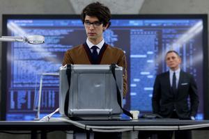 Moderna tider. Datanörd i förgrunden (Q/Ben Whishaw) och den daterade James Bond (Daniel Craig) i bakgrunden.