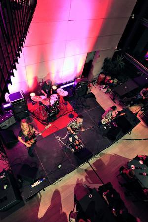 Hårdrocksbandet Beardfish från Gävle med Rikard Sjöblom, David Zackrisson, Robert Hansen och Magnus Östgren släppte sin sjätte skriva i somras. I går spelade de den nyskrivna låten Volonteer slavery under galapeppkvällen på Gävle konserthus.