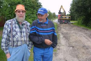 Björn Högberg och Ulf Jacobsson, glada över att Rödevägen äntligen läggs om.