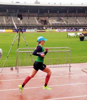 Ida Svensson imponerade i Stockholm Marathon där hon kom in på 26:e plats bland damerna på den imponerande tiden 2.59.34. Därmed blev 21-åringen bäste löpare från länet, och det med god marginal.